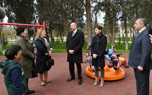 Prezident parkda sakinlərlə görüşdü - FOTO