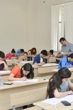 Абитуриенты сдают экзамен