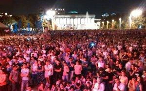 Тысячи людей собрались в центре города