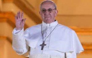Девочка стащила шапочку с Папы Римского -  ВИДЕО