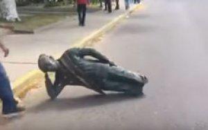Демонстранты разрушили памятник Уго Чавесу