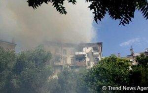В центре Баку горит жилое здание