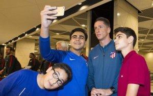 Торрес и Гризманн в окружении азербайджанских фанатов - ФОТО