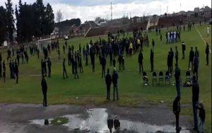 Azarkeşlər stadiona girib hakimi qovdu - VİDEO