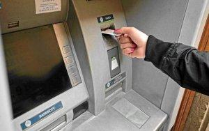 В Баку у снявшего наличные из банкомата отняли деньги