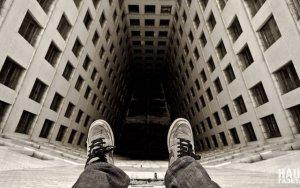 В Баку молодой мужчина выбросился с пятого этажа