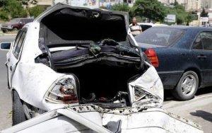 Автомобиль врезался в столб в Баку: есть жертва
