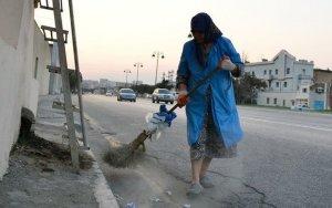 В Баку уборщица работает со сломанной рукой - ФОТО