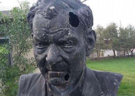 В Иране осквернили памятник Шахрияра