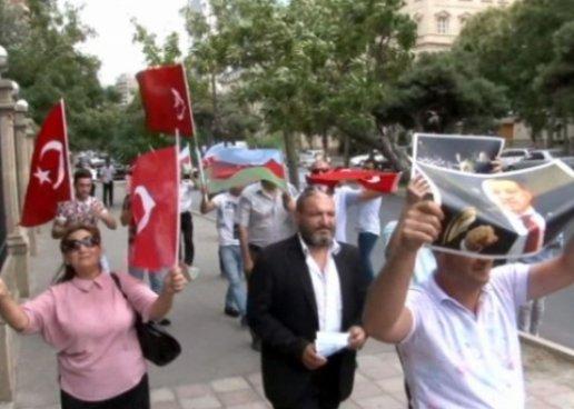 И в Баку сжигают доллары  - ВИДЕО
