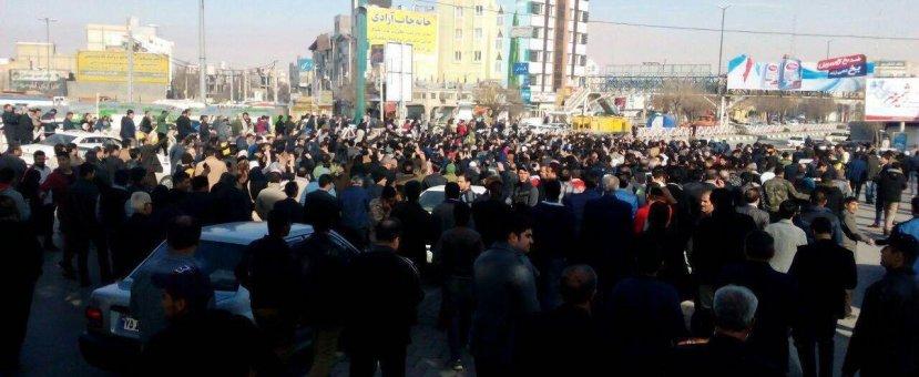 Толпа тегеранцев пыталась прорваться к резиденции аятоллы Хаменеи - ВИДЕО